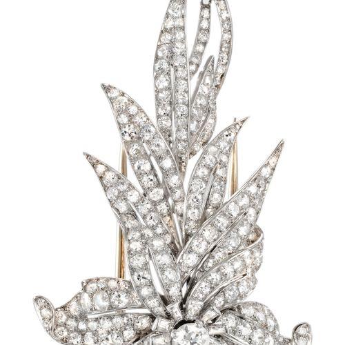 BROCHE ART DECO en platine et or à décor floral sertie de diamants taille ancien…