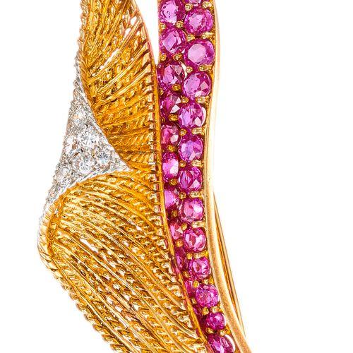 Élégante broche en platine et or à décor de voilage en mouvement, fils torsadés …