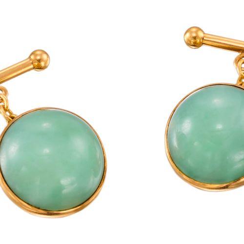 PAIRE DE BOUTONS DE MANCHETTE en or jaune chacun serti d'un jade en demi sphère …