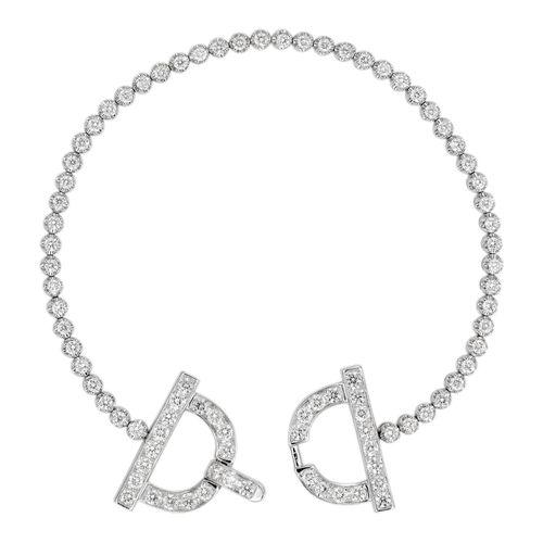 Bracelet ligne articulé en or blanc terminé par des étriers dissimulant le fermo…