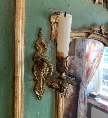 Glace de trumeau en bois laqué vert et doré sculpté de rocailles, feuillages et …