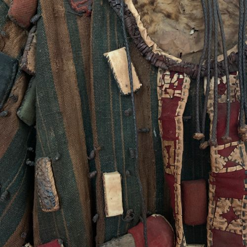 Veste vêtement de sorcier africain en peau et tissu à décor d'éléments en appliq…