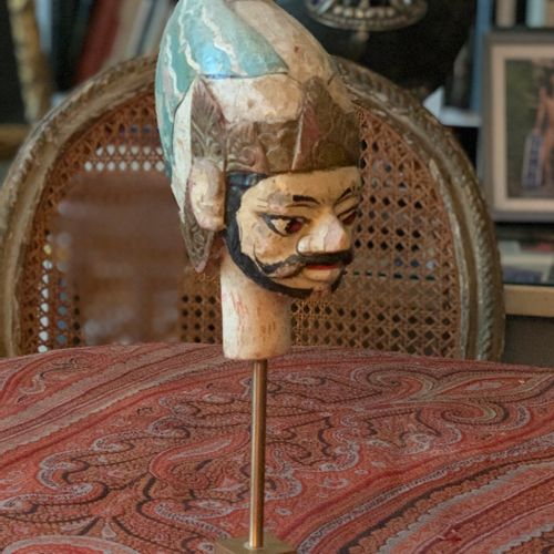 Tête de marionnette représentant une tête d'homme barbu en bois sculpté polychro…