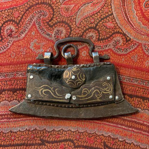 Briquet tibétain en acier damasquiné d'or et cuir.  Tibet, XIXe siècle  Longueur…