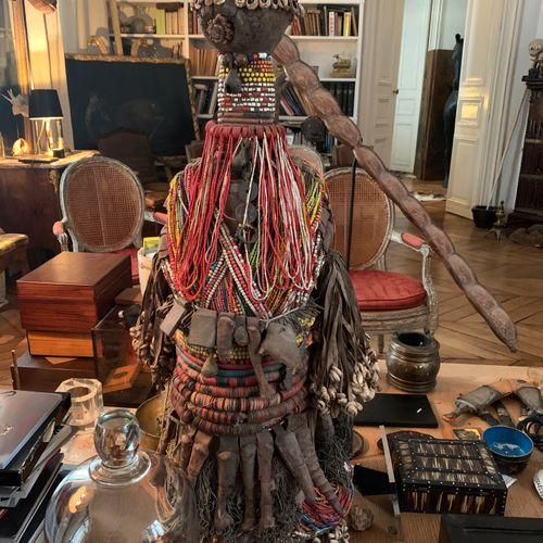 Sculpture fétiche en bois ornée d'importants colliers et gri gris.  Travail afri…