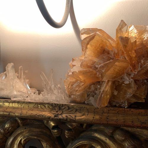 Un morceau de cristal de roche jaune  Provenance : Cabinet d'un curieux, collect…