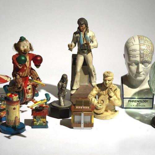 QUATRE JOUETS EN TÔLE, vers 1950. Quatre jouets en tôle lithographiée à mécanism…