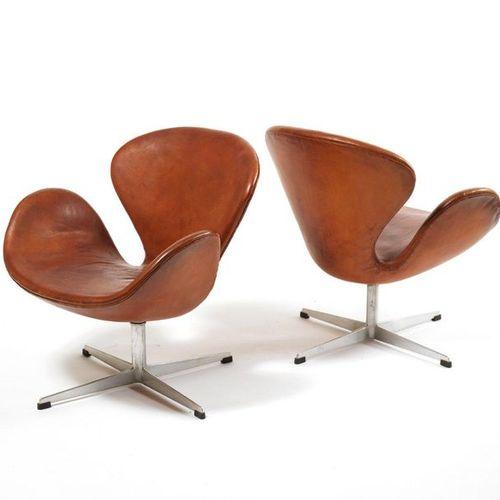 JACOBSEN Arne (1902 1971) Swan Paire de fauteuils Aluminium coulé et cuir à pati…