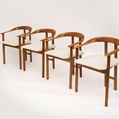 TRAVAIL ITALIEN Quatre fauteuils Bois et tissu Date de création : vers 1960 A se…