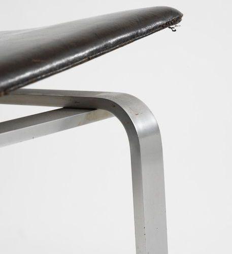 HØJ HØRGEN (1925 1994) Modèle Vi 3 Paire de chaises Acier nickelé et cuir noir p…