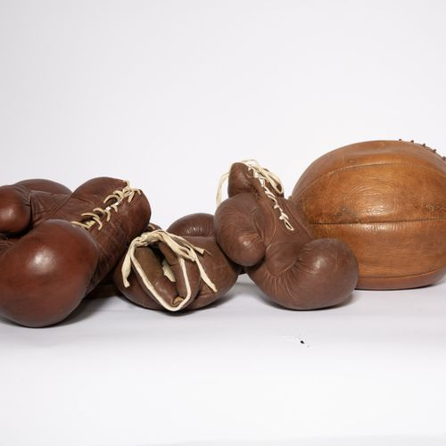 TRAVAIL AMÉRICAIN Set of boxing balls and gloves Leather Date of creation: circa…
