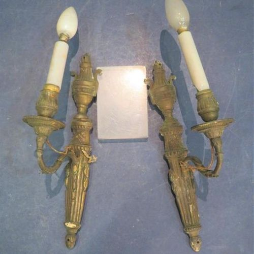 Paire d'appliques en bronze doré à une lumière à décor d'une urne flammée, carqu…