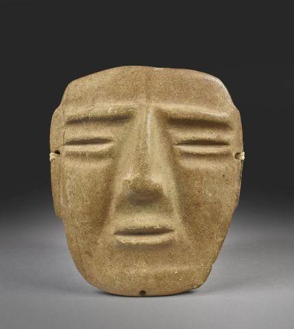 Masque humain Les yeux et la bouche sont matérialisés par des rainures. Les sour…