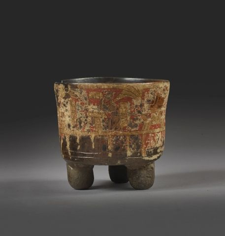 Vase tripode Un reste de décor stuqué polychrome est visible sur la paroi extéri…