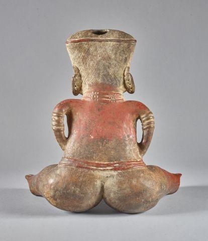 Grand personnage féminin Assise, les jambes écartées et les mains posées sur le …