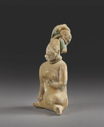Femme assise Maya, Sifflet Bel exemple de statue féminine au corps finement mode…
