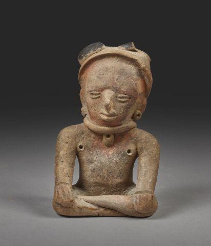 Femme assise Terre cuite brune à engobe rouge et peinture noire. Culture Veracru…