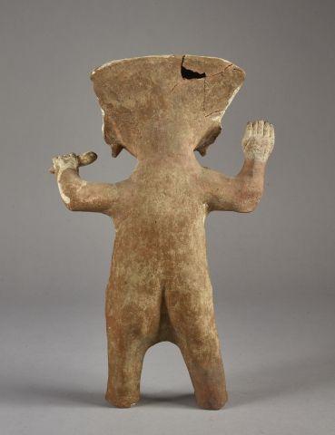 Sculpture représentant une « Souriante » Debout, les bras levés, cette souriante…