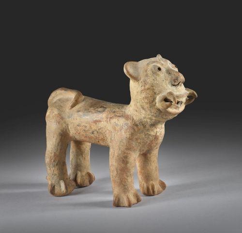 Sculpture représentant un jaguar Rare exemplaire de grand jaguar debout, campé s…