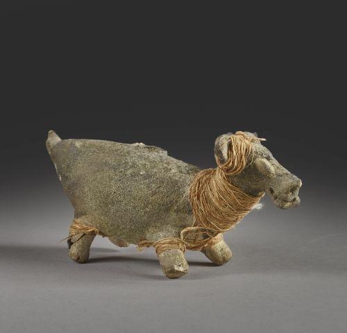 Lama Terre cuite beige à décor noir et reste de tissu. Culture Chancay, Pérou 11…