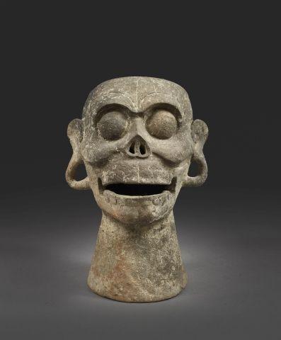 Tête de mort servant de sifflet Le crâne repose sur un long cou. Ses pommettes s…