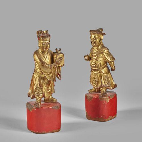 CHINE  Deux de personnages en bois doré sur base peinte en rouge  Hauteur : 26,5…