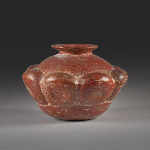 Vase à col évasé orné de fruits stylisés sur son pourtour.  Terre cuite à engobe…