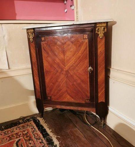 ENCOIGNURE en bois de placage, décor marqueté de frisage. Ornementation de bronz…