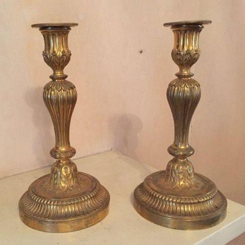 Paire de FLAMBEAUX en bronze doré, le binet cannelé à décor végétal, des feuille…