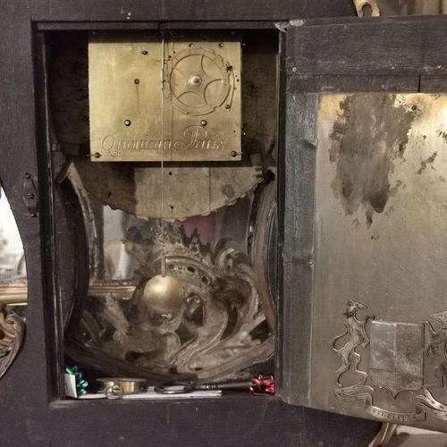CARTEL en bois noirci et bronze doré, l'amortissement à décor d'une figure de la…