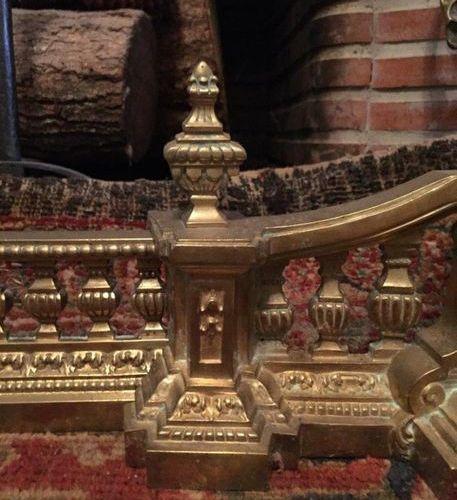 BARRE de FOYER de CHEMINÉE articulée en bronze doré aux pots couverts affrontés.…
