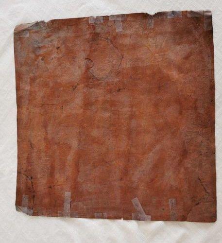 CHINE ? Plaque en cuir repoussé polychrome à décor de scènes animées. Haut. 59,5…