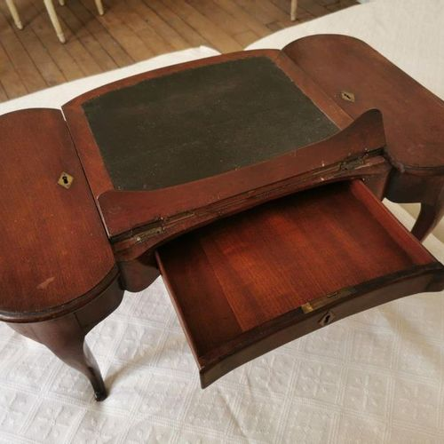 TABLE d'ACCOUCHÉE ou de MALADE attribuée à Joseph CANABAS, en acajou reposant su…