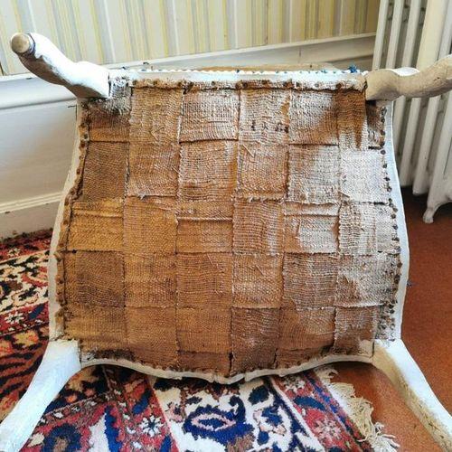 FAUTEUIL à la REINE en bois mouluré, sculpté et laqué gris au dossier orné d'une…