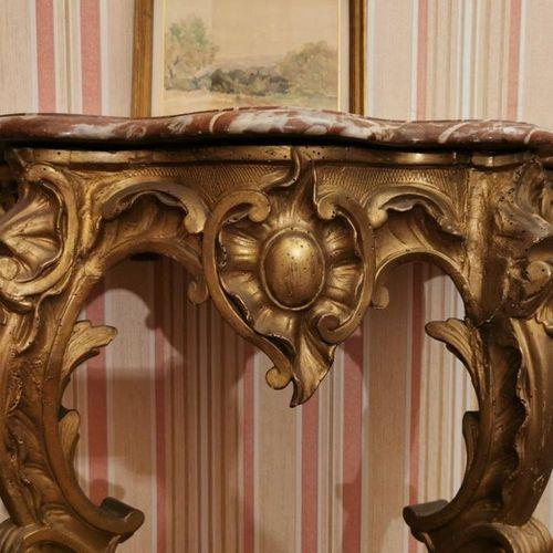 CONSOLE d'APPLIQUE en bois doré, reposant sur deux pieds reliés par une entretoi…
