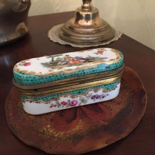 Porcelain BOX WITH THE WALTING SCENE bearing an apocryphal mark of Meissen. 19th…