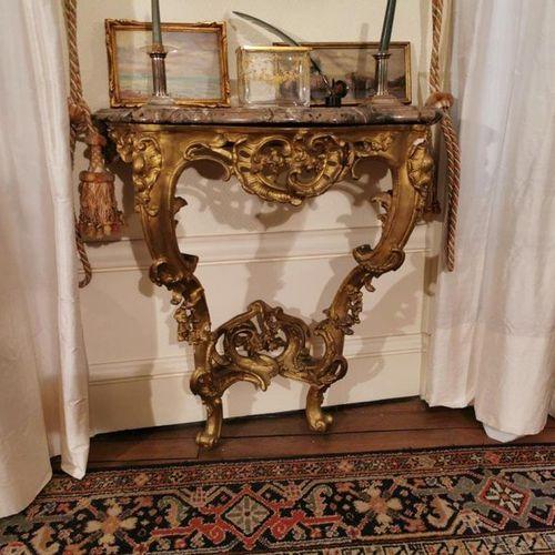 CONSOLE d'APPLIQUE en bois doré et stuqué, reposant sur deux pieds reliés par un…
