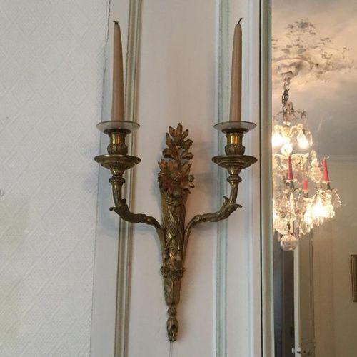 Paire d'APPLIQUES en bronze doré à deux bras de lumières, la partie centrale pré…