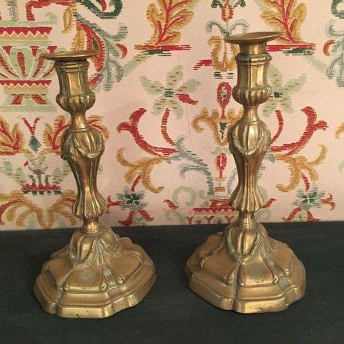 PAIRE de FLAMBEAUX en bronze doré à la forme mouvementée à décor de guirlande. L…