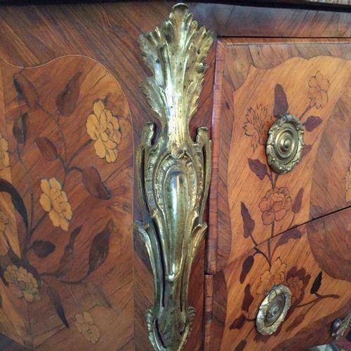 COMMODE sauteuse en bois de placage et marqueterie ouvrant par deux tiroirs sans…