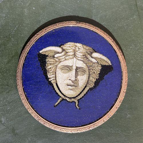 LOT comprenant : MICRO MOSAÏQUE à tête de Méduse sur fond bleu. Travail romain d…