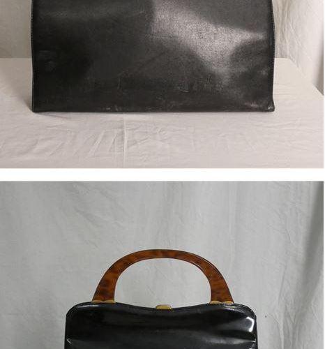 拍品包括: 一个黑色手提包,有金色扣子。乙烯基风格的材料。手柄不错。 尺寸:有手柄时高31.5厘米,无手柄时高21厘米;长37厘米;最宽处9.5厘米。 一个黑色…