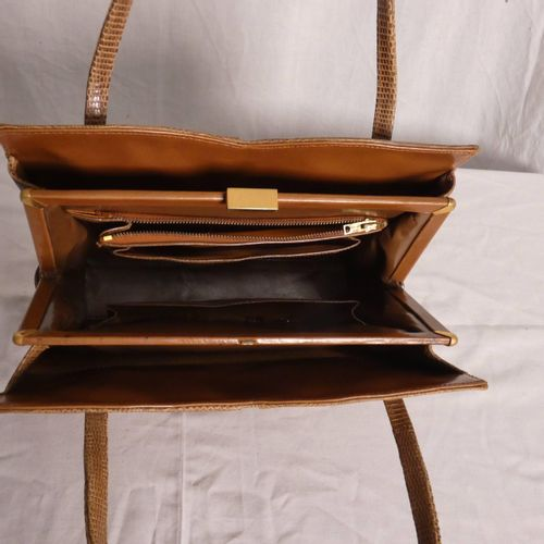 棕色纹理的手提包,有两个手柄。仅在包的中央部分有扣子。 尺寸:带手柄时高34厘米,不带手柄时高20厘米;长26厘米;最宽处10厘米。 磨损和污渍。按现状出售。 …