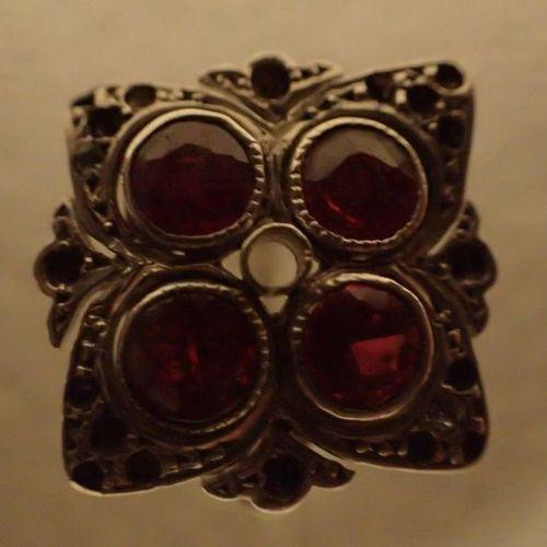 Bague en or blanc ornée de 4 pierres rouges (rubis?) TDD 58 (Poids brut : 3,5 g)…