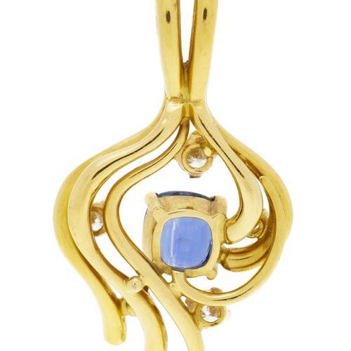 Pendentif or 750 serti d'un saphir taille coussin entouré de diamants taille bri…