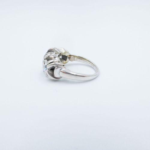 Bague or gris 750 sertie d'un saphir épaulé de diamants taille ancienne, doigt 4…