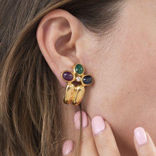 Paire de clips d'oreillesor 750 sertis de cabochons de saphirs, émeraudes et ru…