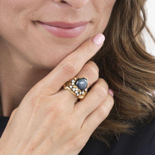 Bague or 750 sertie d'un cabochon de saphir étoilé rehaussé de diamants taille b…