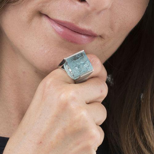 Bagueplatine sertie d'une aigue marine cubique semi brut, doigt 56 16, 31g