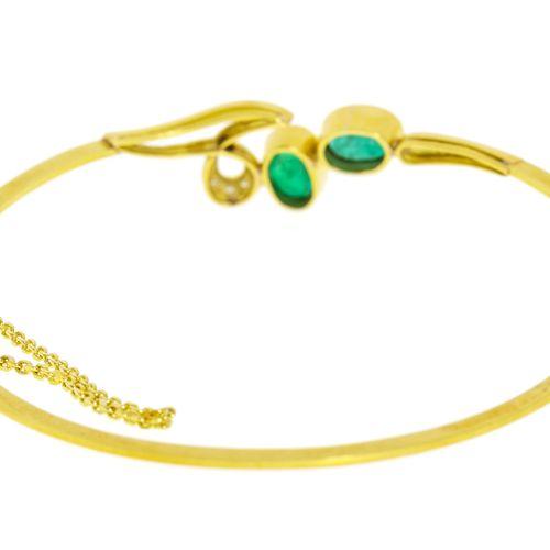 Bracelet rigide or 750 serti d'émeraudes taille ovale et de diamants taille bril…
